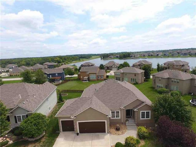 Home conveniently located to lake and golf course