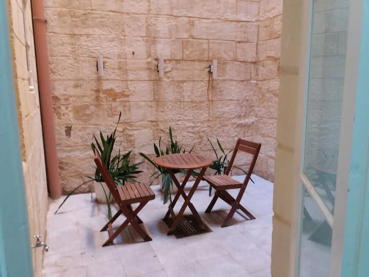 Super Central Valletta Groundfloor Apartment