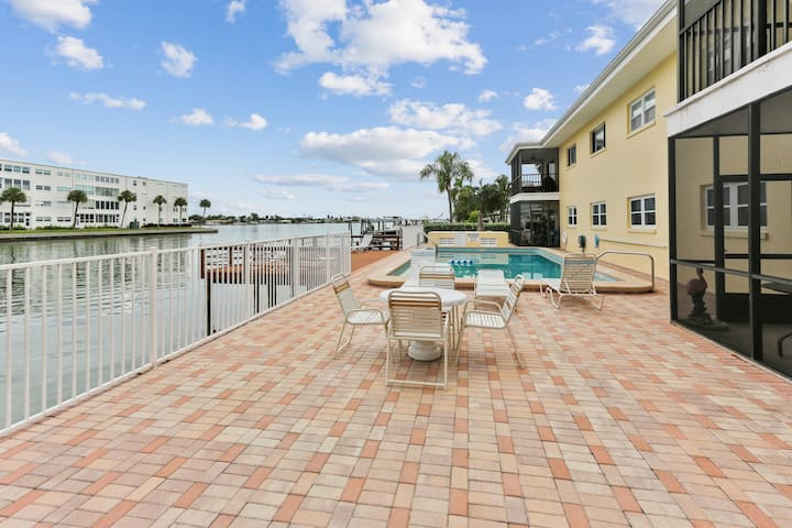 Stunning 2 Bedroom in the Heart of ST Pete Beach!!