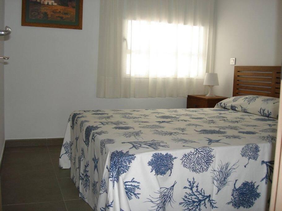 Dormitorio principal con cama 150x190, armario amplio empotrado, luminoso