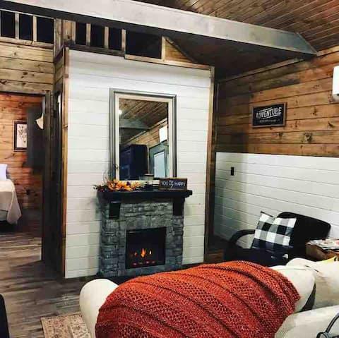Peaceful Cabin. Hot Tub near Lake Eufaula for R&R.