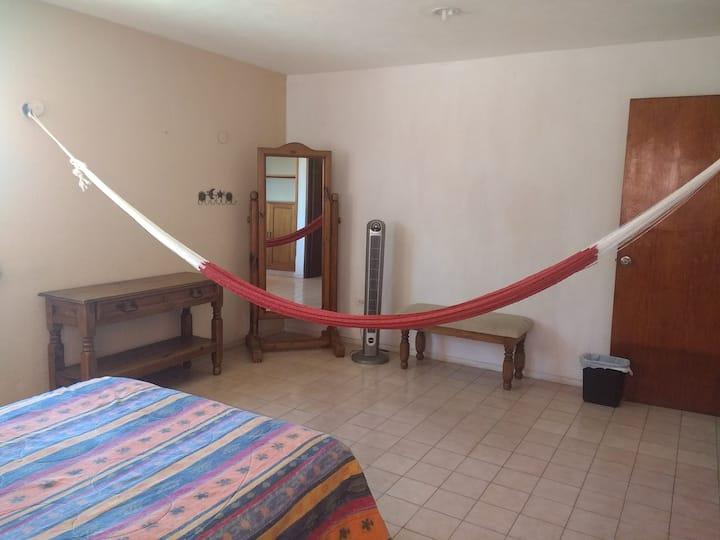 En la mejor ubicación habitación con baño privado.