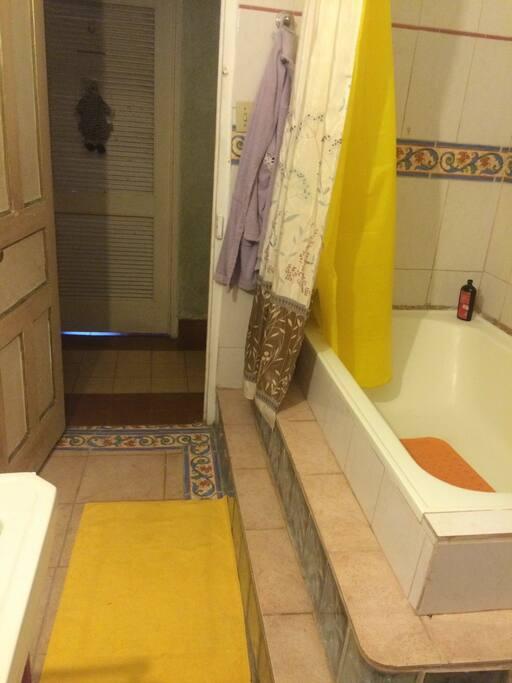 Full Bath w/hot H2O Baño con agua caliente.