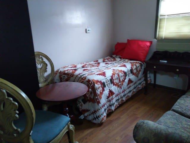 New Brunswick-Warm, Bright & Cozy private room