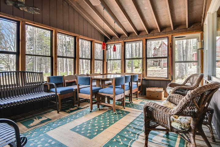 Dog-friendly lakefront cottage w/dock, firepit & lovely views