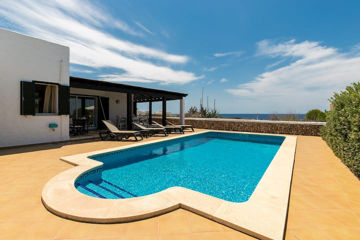 Villa Pura Vida on the seafront, private heated pool, air conditioning in all rooms, Wi-Fi and parking in front of the villa.