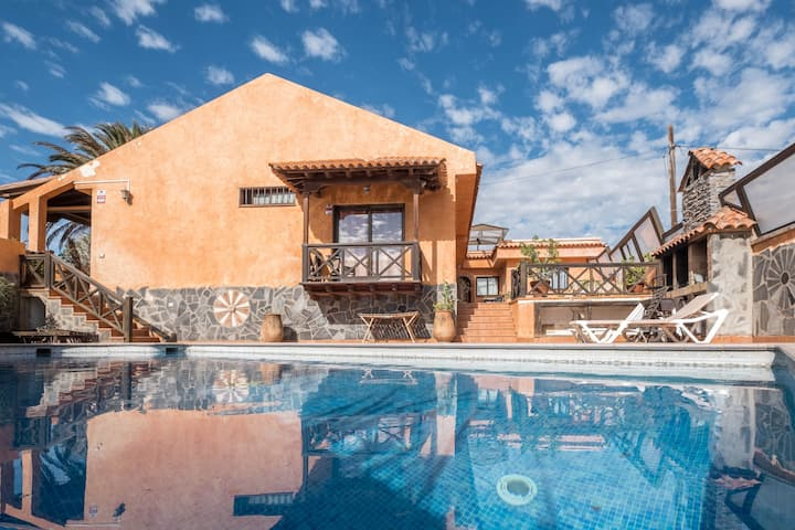 "Holiday Home ""Casa Estilo Colonial"" with Mountain View, Pool, Terraces, Air Conditioning & WiFi; Parking Available"