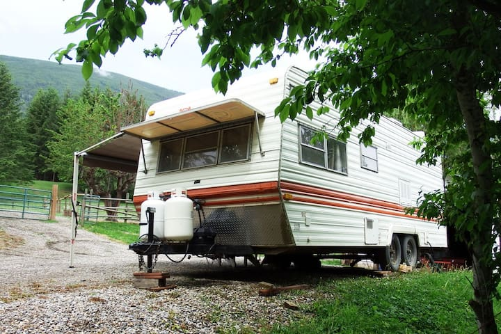 Gleneden Ridge Farm: Vintage 4-bed on-site trailer