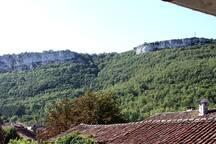 la vue sur le roc d'anglars depuis la terrasse couverte