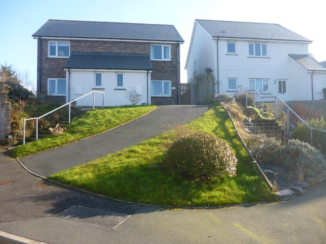 4 bed 10 minutes walk from the sea & coast path - Aberporth - Casa