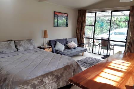 Turangi Studio Apartment & Spa by lake & river