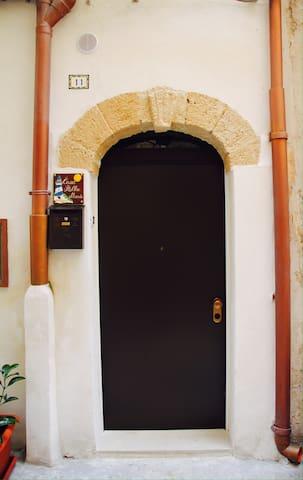 Casa STELLA MARIS è nel centro storico di Taranto.