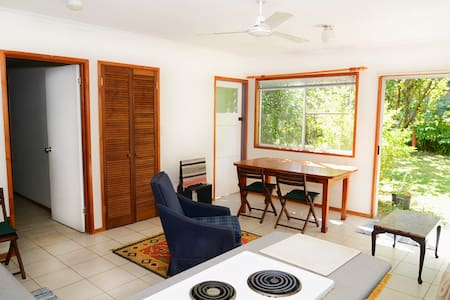 Spacious self contained granny flat close to beach - Holloways Beach