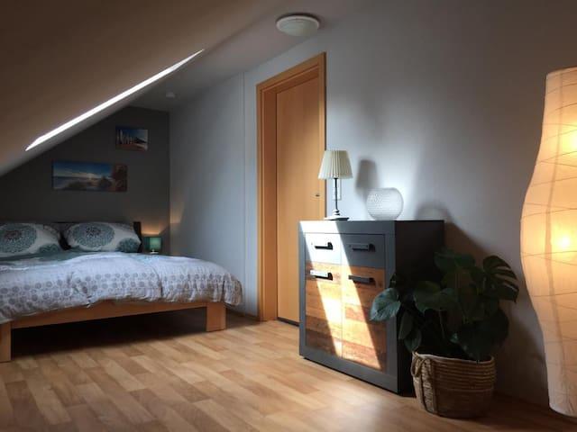 Helle, moderne Bungalow Dachgeschoss-Wohnung