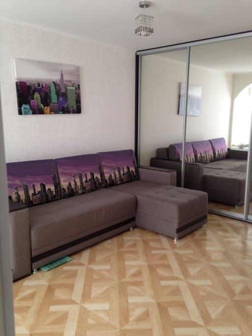 Диван-кровать с зеркальным, вместительным шкафом-купе на всю комнату