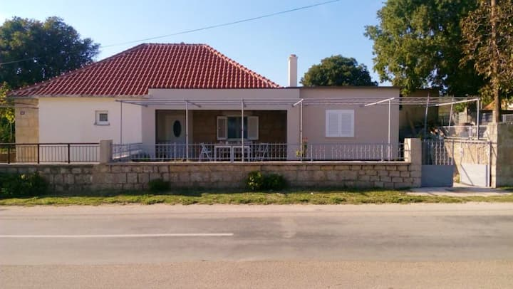 Apartment with 2 bedrooms in Drniš, with wonderful mountain view, enclosed garden and WiFi - 25 km from the beach