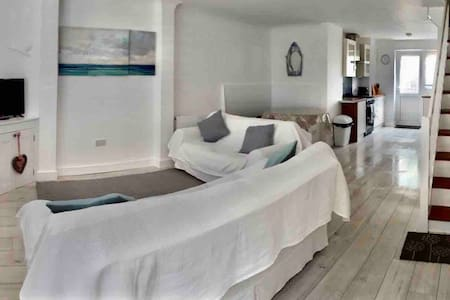 Refurbished Cottage close to Beaches and More