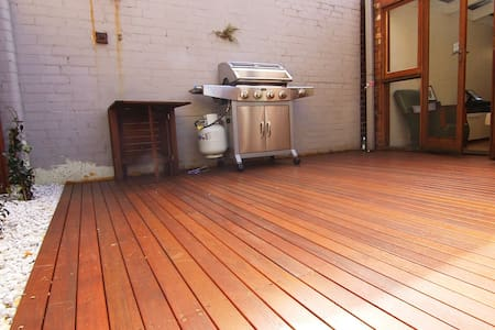 Sunny Annandale cottage with a great deck! - Annandale - Maison