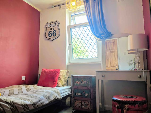 Room 1min walk from metro.(Single room)
