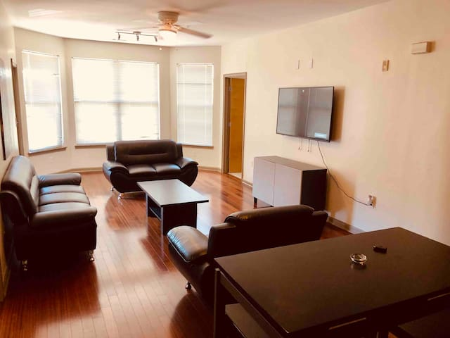Downtown Smart condo. Pool. gym. Free parking.