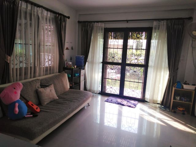 HOMESTAY PRIVATE room long term, FREE Wi-fi, pool
