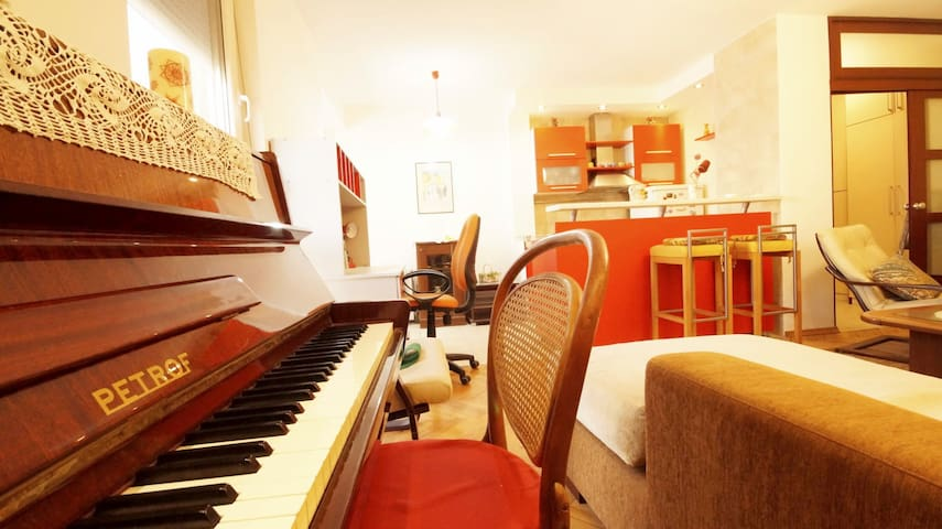 Piano apartment in center (3 minutes to the beach)