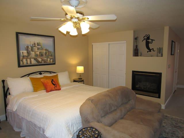Kokopelli luxury suite, private bath, creekside