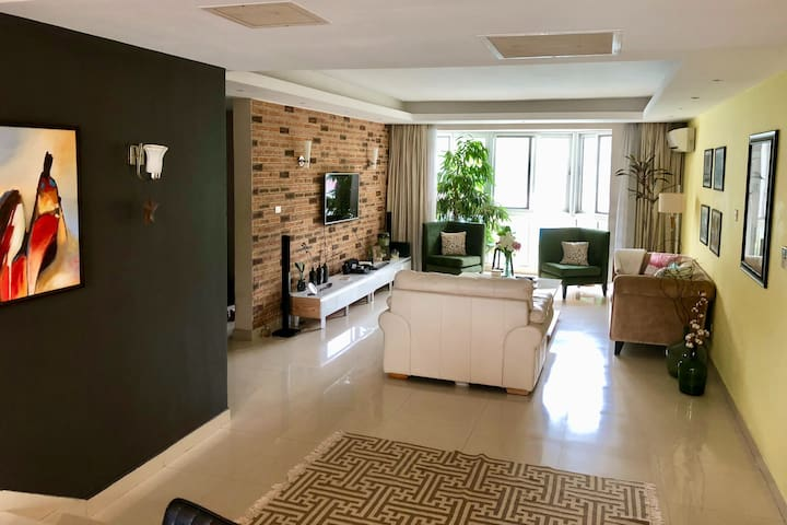 A green escape in the heart of Ikoyi, comfy bed.
