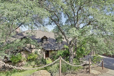 Quiet, peaceful room in custom Tudor style home. - El Dorado Hills