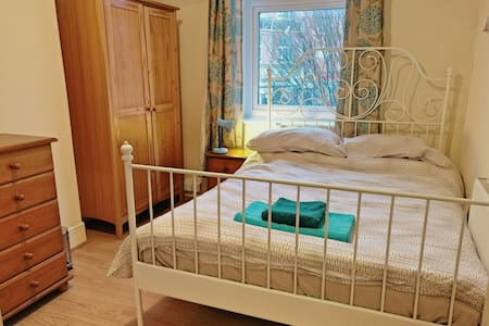 City Stay - Double Bed, Ensuite: Elm Tree Room - Bristol - Bed & Breakfast