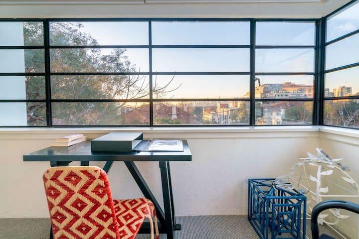 Charming St Kilda Apartment W/ City Views