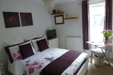 Comfy, Modern & Fully Accessible Double Bedroom - Bristol