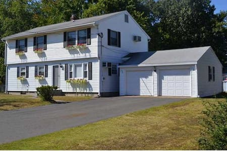 Charming colonial in New England! - Windsor Locks