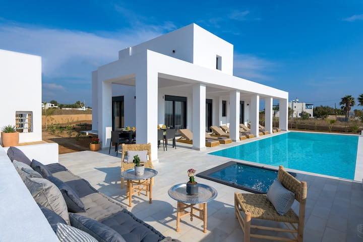 Seasand Villa, 4 Bedrooms, 150m from the beach
