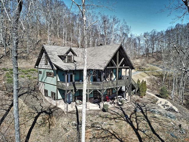 1 Starry Night-5 BR, 4BA Chalet NEAR WEST JEFFERSON, NC with STUNNING VIEWS, HOT TUB, WI-FI, AC