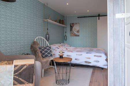 Een  gezellig kamer, badkamer met eigen ingang