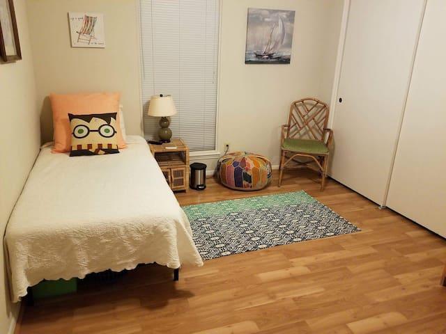 Private Room In Cozy Quiet Home!