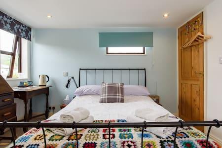 Spacious, comfy, en-suite double room by the sea.