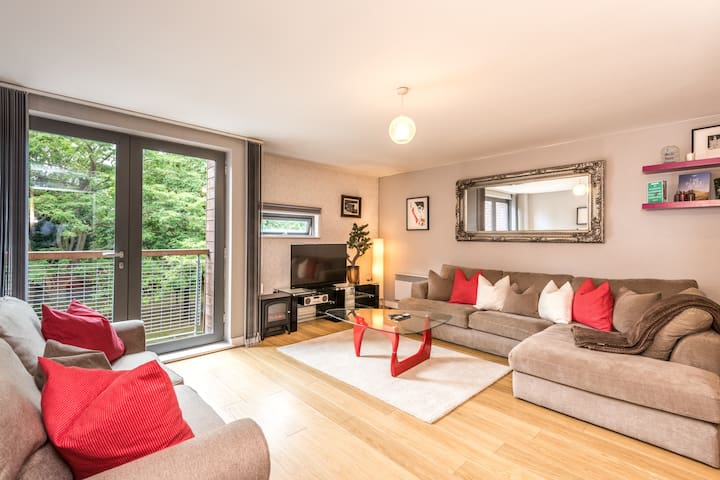 Cosy Central Apt with Balcony in Liverpool 1