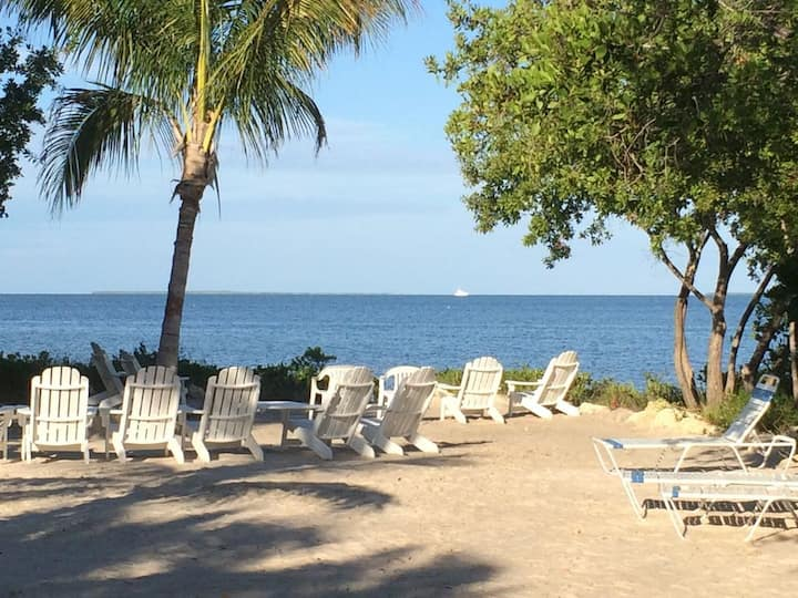 Cozy 2 bedroom apt at Summer Sea Condo, Pools, beach, marina, gym, family home