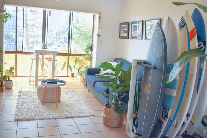 Kirra Beach Unit- 5 min walk to beach, cafes, bars