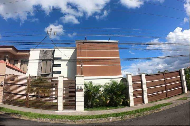 Apartamento  moderno, exc ubicación (planta baja)