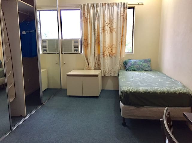 Nice, clean, and cool private room in Cairns!