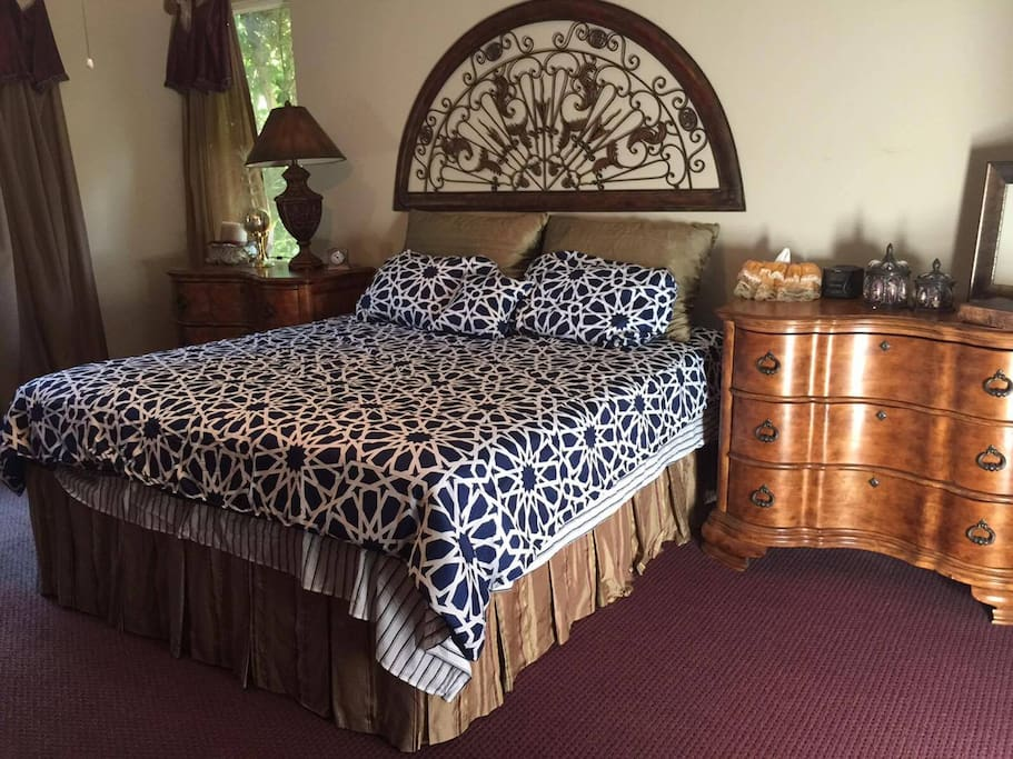 Master: King Bed (Mattress Replaced 7/28/17)