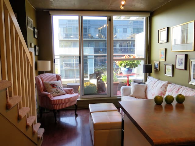 Charming Pied–à–Terre Loft on King West
