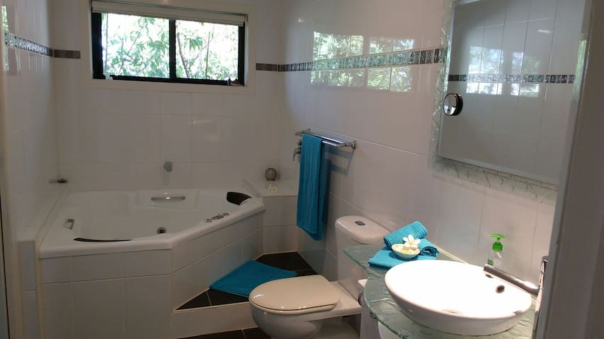 Room + ensuite Northern Gold Coast - Runaway Bay - House