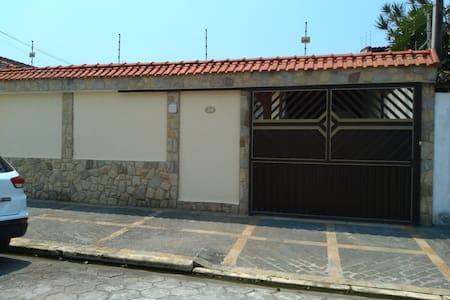 Casa Peruíbe em bairro nobre, tranquilo e familiar