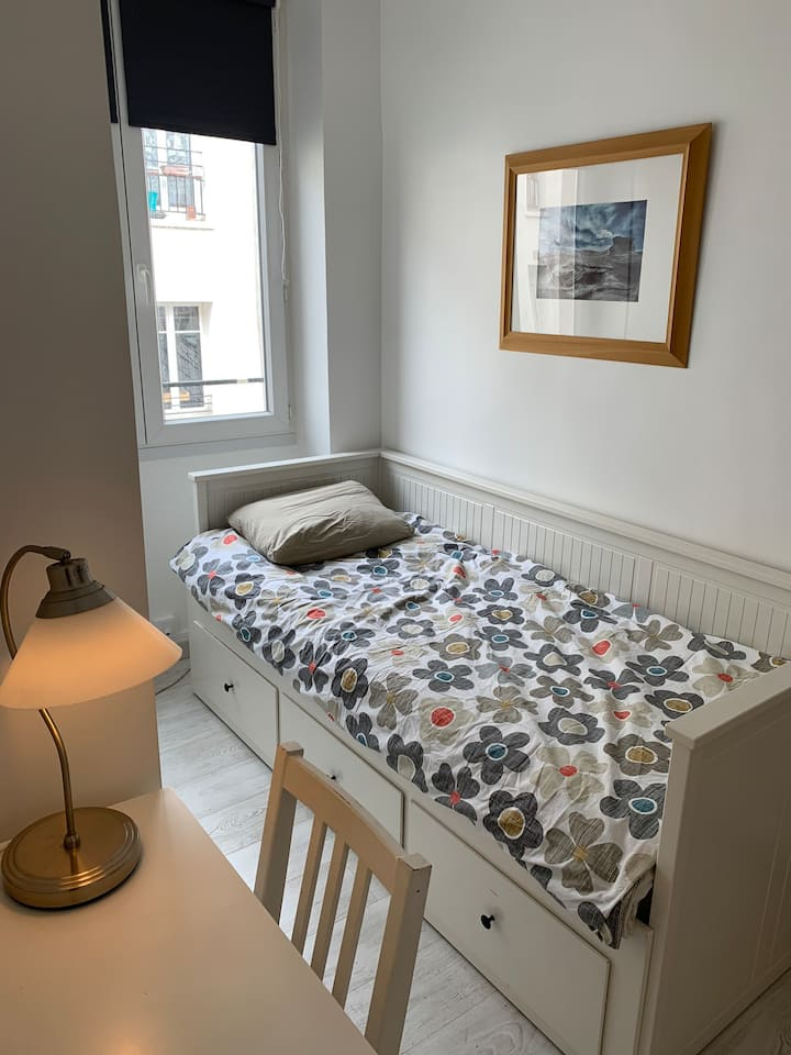 Brand New room in guiet courtyard in Latin quarter