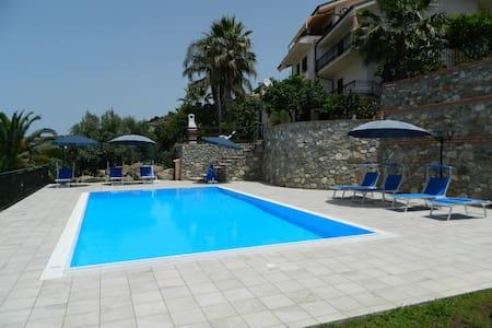 appartamento A in villa con piscina - Coccorino