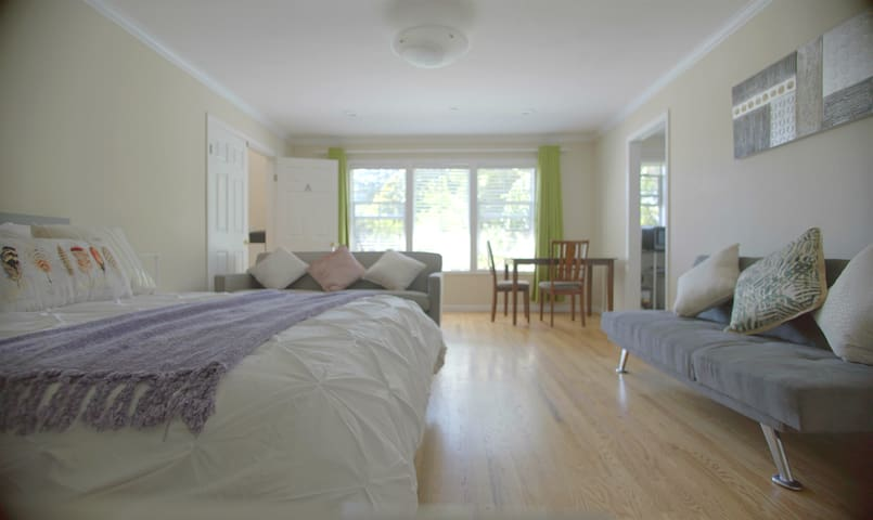 Large Room with Private Bath -- 10 min to G00gle